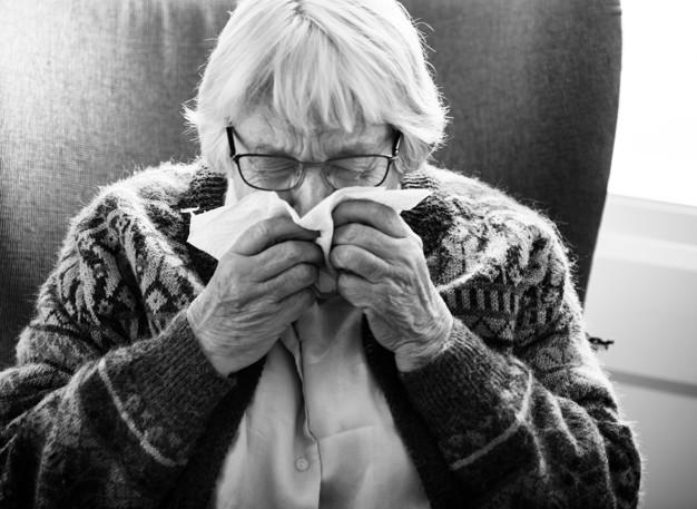 black and white photo of senior woman sneezing 53876 14588 - Das sind die tödlichsten übertragbaren Krankheiten.