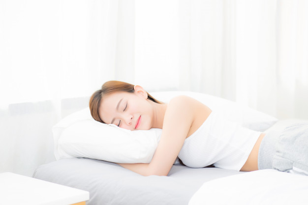beautiful asian young woman sleeping lying in bed with head on pillow 7192 1487 - So schützen Sie sich auf Reisen vor Malaria